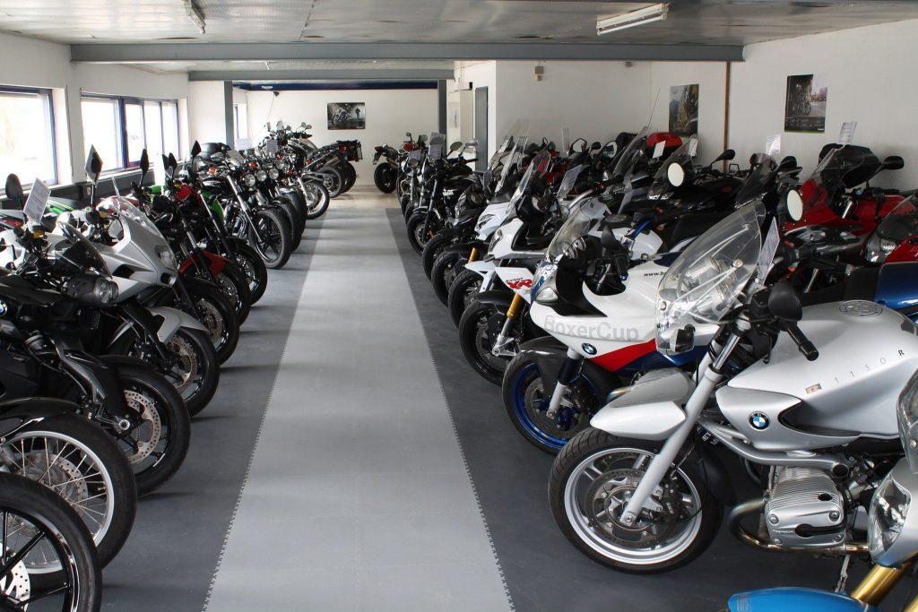 Predajňa motocyklov, DE